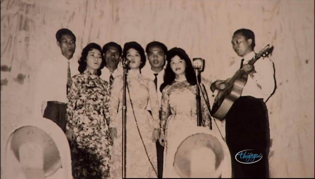 [Hình ảnh] Ban 'Vì Dân' của nhạc sĩ Minh Kỳ (Thanh Sơn đứng thứ 3 từ phải qua)   Thanh Sơn & Những sáng tác để đời