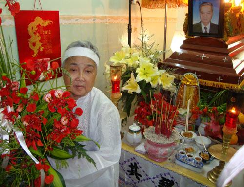 [Hình ảnh] Bà Hương nâng niu lẵng hoa phượng đặt bên cạnh quan tài của nhạc sĩ Thanh Sơn   Thanh Sơn & Những sáng tác để đời